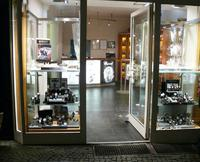 Drei bewaffnete Räuber überfallen Juwelier